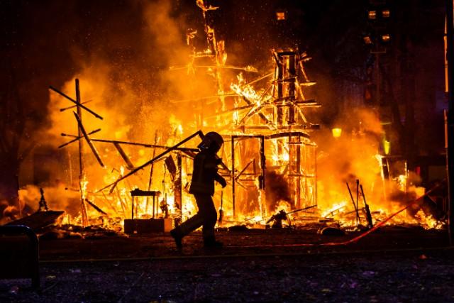 工場や倉庫として使われていた建物を全焼する火事